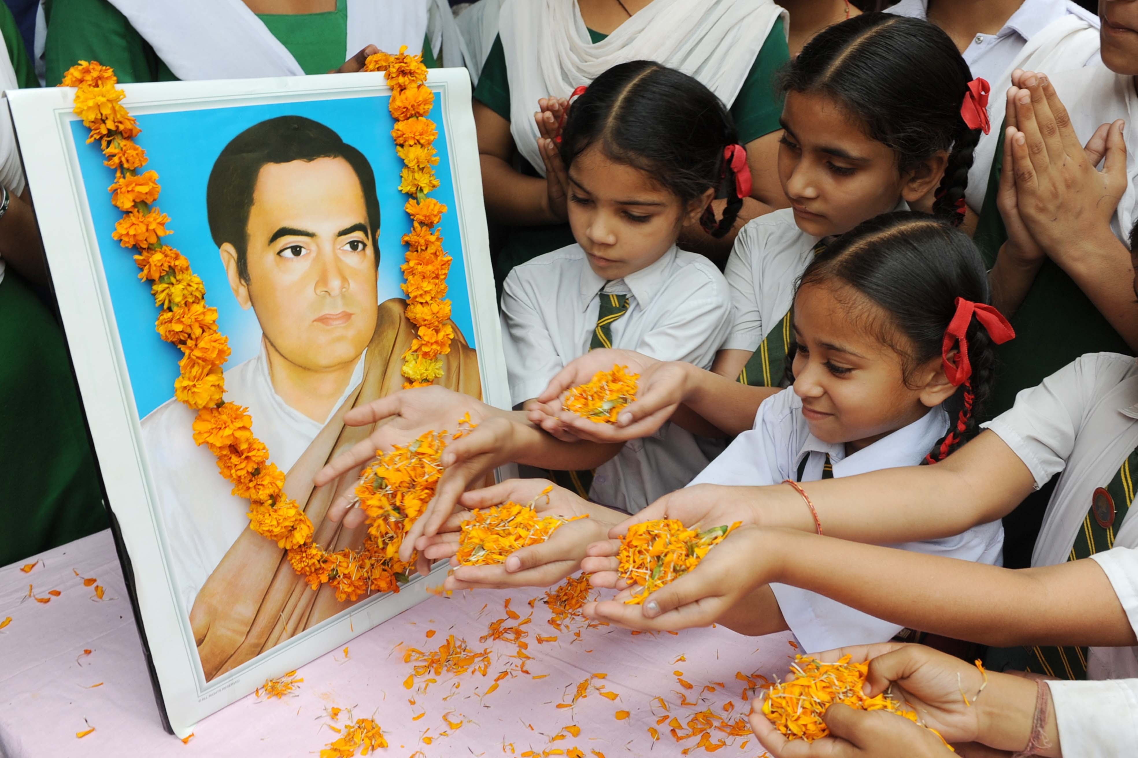 Rajiv Gandhi 24th Death Anniversary Modi Sonia Rahul Pay Homage at his Memorial