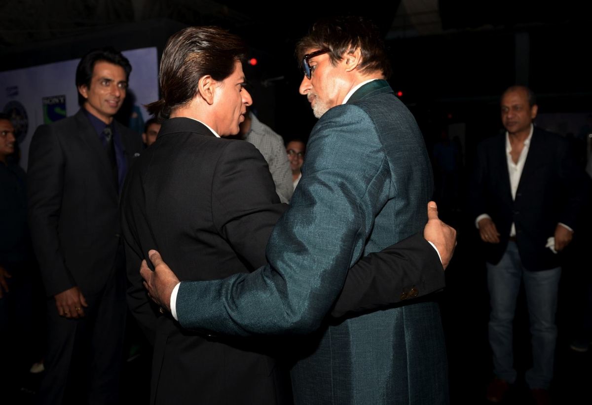 Shah Rukh Khan Tweeted that he Wants to be alone Big B Responds