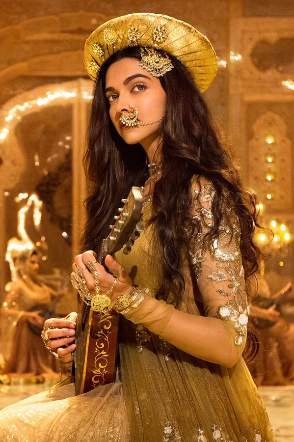 Finally! Deepika Padukone First Looks Revealed From Bajirao Mastani Movie