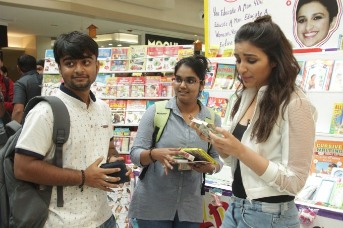 parineeti-chopra-turns-bookseller-for-mission-sapne_145259167630