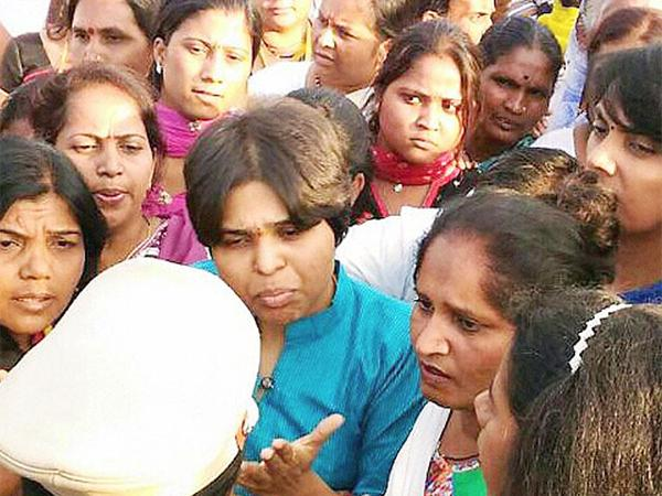 Maharashtra Police detained entry of Activist Trupti Desai in Shani Shingnapur Temple despite High Court order