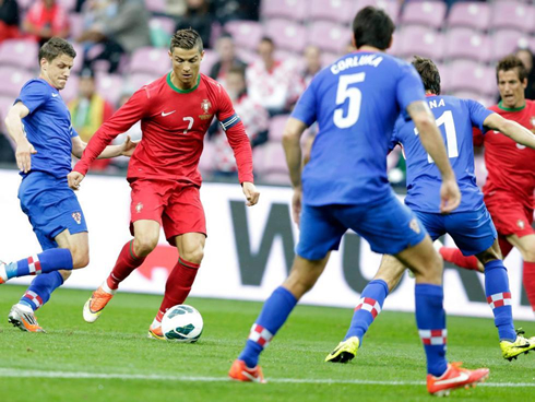 cristiano-ronaldo-682-in-the-middle-of-three-defenders-in-croatia-vs-portugal