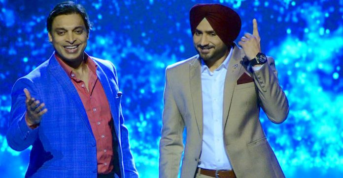 Harbhajan-Singh-and-Shoaib-Akhtar-at-the-promo-shoot-of-Mazak-Mazak-Mein-696x363