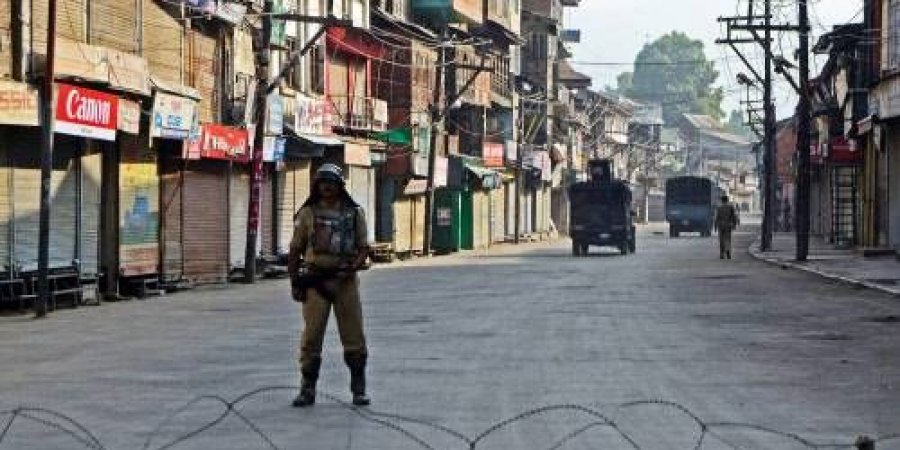 Kashmir violence Protesters snatch 70 police guns, build armoury