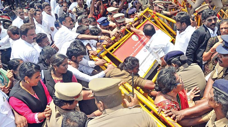 Tamil Nadu Striking lawyers create fracas