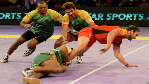 Players in action during a Pro-Kabaddi League match between Patna Pirates and Bengaluru Bulls at Kanteerava Indoor Stadium in Bangalore on Aug 25, 2014.Dabang Delhi won. Score: 33 - 31. (Photo: IANS)