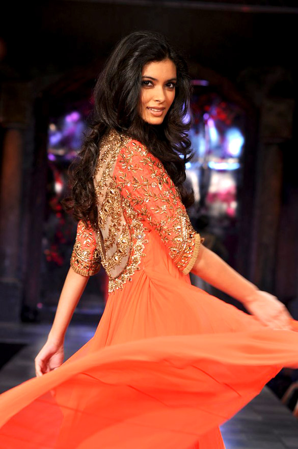 Diana_Penty_graces_the_'Mijwan-Sonnets_in_Fabric'_fashion_show