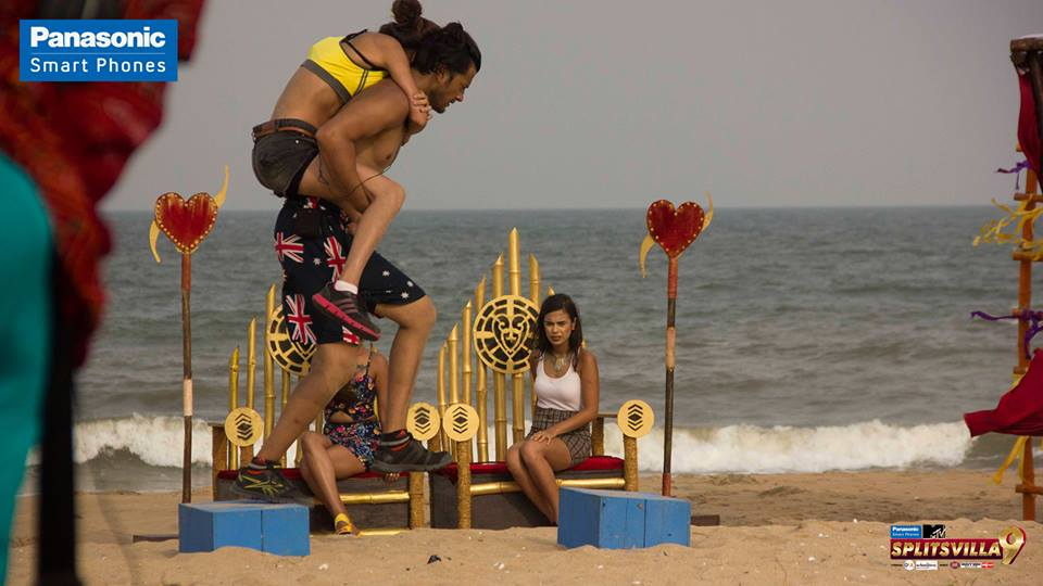 Onto Abhishek's back like a monkey, Isha is well on her way to winning this task!