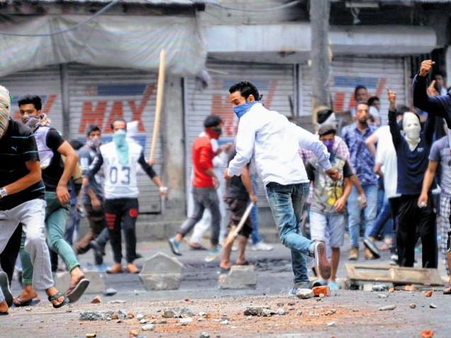 forceful-disagreement-took-face-of-violent-clash-in-south-kashmir-dozens-injured