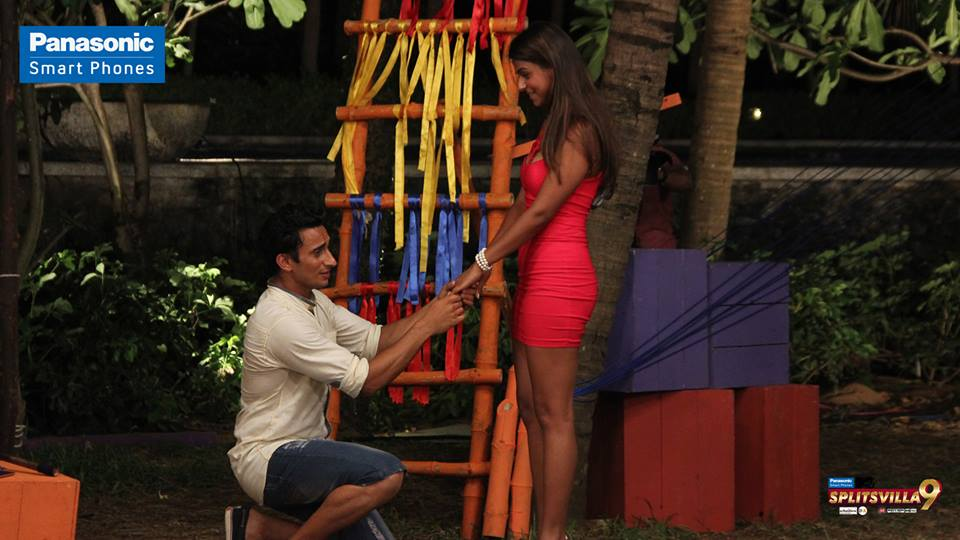 gurmeet-professes-his-love-for-kavya-in-front-of-all-the-splitsvillans
