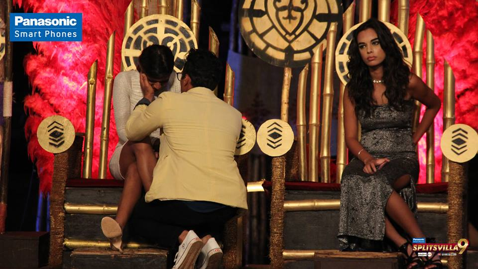 kavya-gets-very-emotional-as-gurmeet-consoles-her