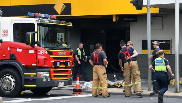 a-man-sets-fire-to-australia-bank-26-hurt