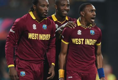 West Indies cricketer Dwayne Bravo(R)celebrates with teammate Chris Gayle after the dismissal of England's Ben Stokes during the World T20 cricket tournament final match between England and West Indies at The Eden Gardens Cricket Stadium in Kolkata on April 3, 2016. / AFP / INDRANIL MUKHERJEE        (Photo credit should read INDRANIL MUKHERJEE/AFP/Getty Images)