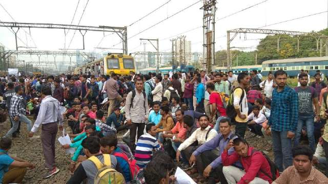 Mumbai Rail Roko: Job-Seekers Students Protested on Railway Track, 30 Trains Cancelled