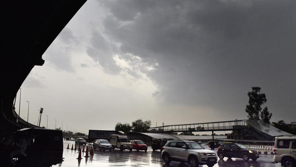 Storm hits Delhi-NCR, Met department issues warning in nearby areas